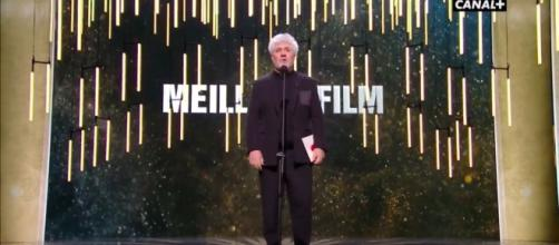 Pedro Almodóvar esta noche en la gala de los César 2017 franceses, a punto de leer cuál fue la Mejor Película, que fue 'Elle' de Paul Verhoeven.