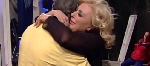 Tina alle prese con un affettuoso abbraccio