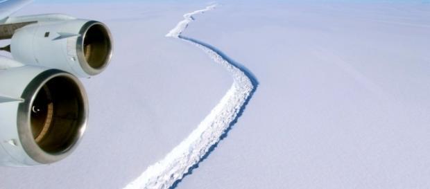 La lunga frattura nei ghiacci dell'Antartide da cui sta per staccarsi un enorme iceberg.