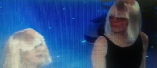 Luciana Littizzetto e Maria De Filippi con la parrucca bionda per imitare la Carrà