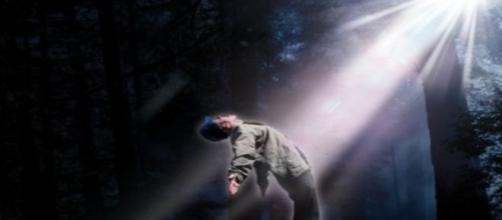 Travis diz que morreu ao ser atingido por feixe de luz (Banco de imagens Google)