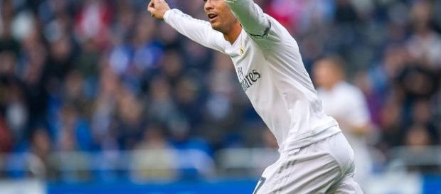 Cristiano Ronaldo marcou o segundo gol do Real Madrid após converter penalidade inexistente. ogol.com.br - com.br