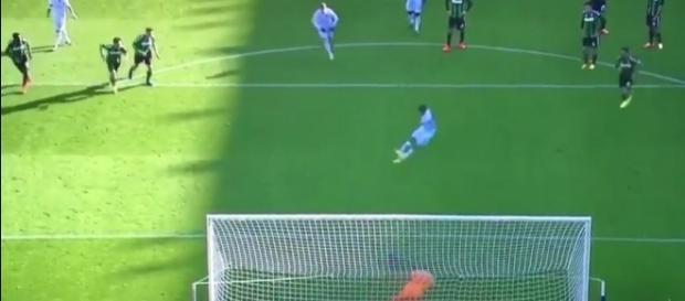 Il momento in cui Bacca tocca per la seconda volta il pallone.