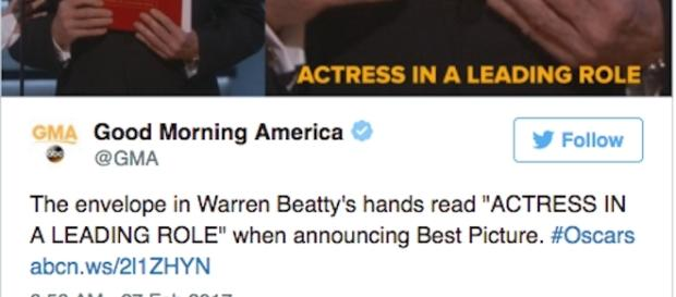 Oscar 2017, Warren Beatty ha in mano la busta sbagliata (Credits: Twitter)