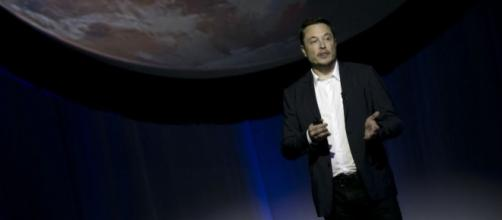 Elon Musk And SpaceX To Send Two Space Tourists To Orbit Moon In 2018 - inquisitr.com