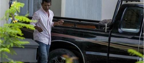 Esposo da vítima após saída do caixão de Vilma Trujillo - Foto: Jorge Torres/EPA