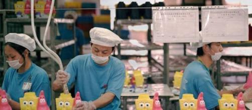 Linha de produção em fábrica de brinquedos na China