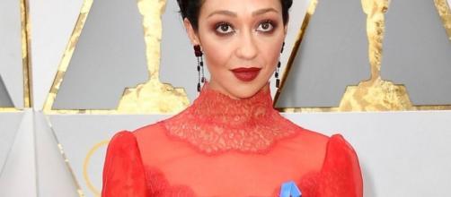 Ruth Negga, nominada a mejor actriz, lució el lazo azul