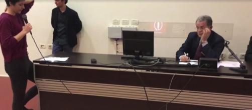 Un momento dell'intervento della giovane bolognese durante l'assemblea con Romano Prodi