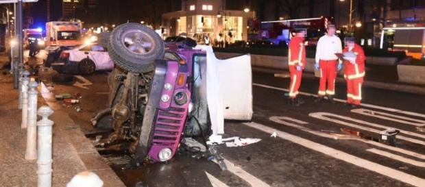 Illegales Autorennen in Berlin. Der unbeteiligte Fahrer des Jeeps wurde Opfer und starb.