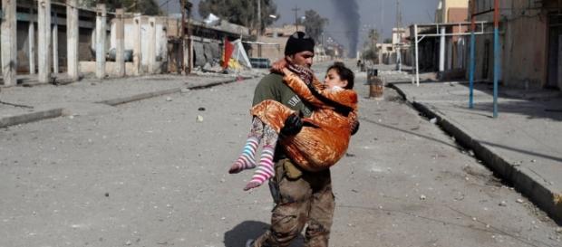 Iraq, civili in fuga dai bombardamenti con armi chimiche