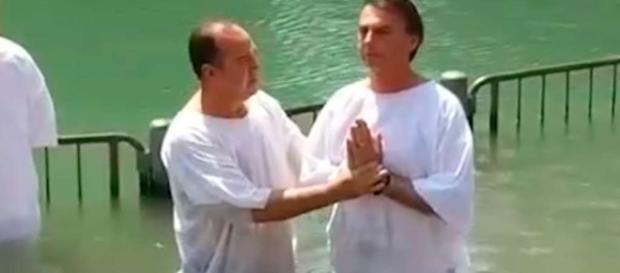 Jair Bolsonaro foi batizado pelo pastor Everaldo e desde então usa símbolos judaicos