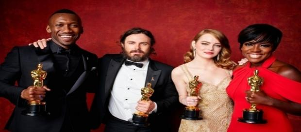 Mahershala Ali, Casey Affleck, Emma Stone e Viola Davis posam com suas estatuetas de melhor ator / Site Oficial do Oscar
