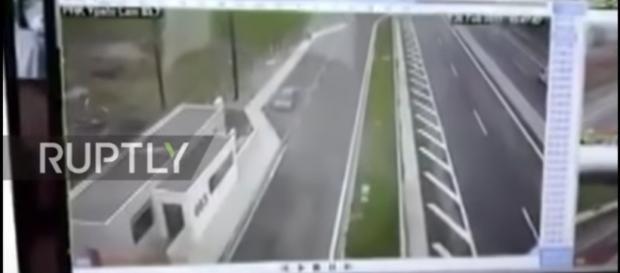 Rozpędzone Porsche z ogromną siłą uderza w Hondę