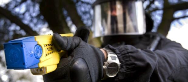 TASER é uma arma eléctrica usada para imobilizar