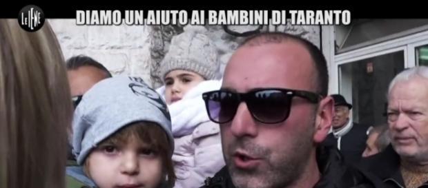 Un'immagine del servizio di ieri con gli abitanti dei Tamuri (fonte www.mediaset.it).