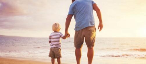 paternità - illibraio.it uomo e bimbo in spiaggia