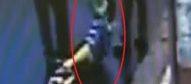 Adolescente João Victor, sendo arrastado por funcionários do Habib's