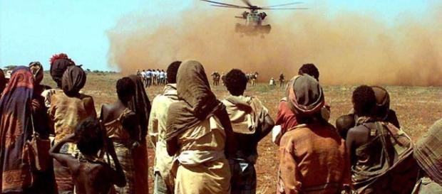Helicóptero da ONU aterriza trazendo ajuda humanitaria para os moradores locais.
