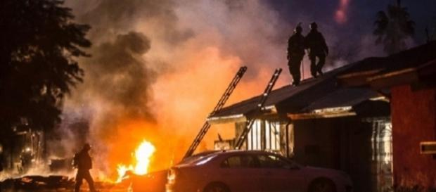 Queda de avião deixa rastro de destruição e morte na Califórnia