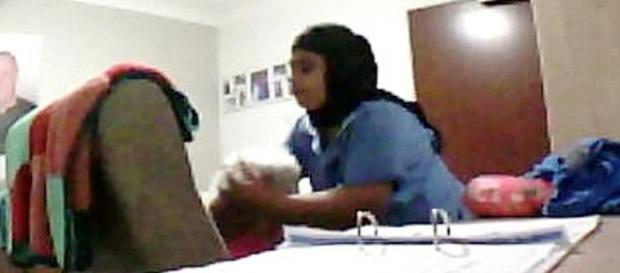 Mulher agredindo idosa indefesa.
