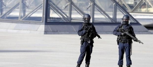 Paura al Louvre: armato di machete aggredisce militare ma viene ferito