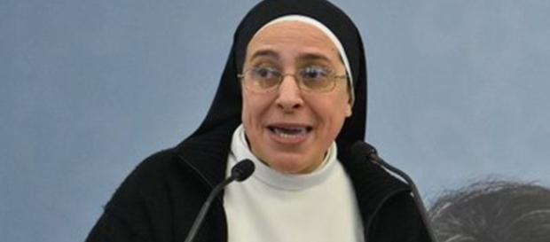 Suor Lucia Caram mette in discussione la verginità di Maria.