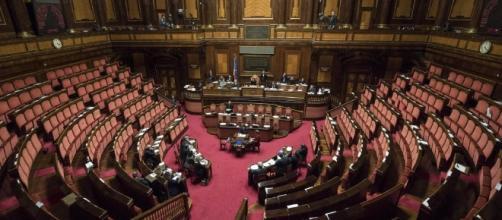 Padoan parla ad un'aula del Senato deserta. Foto repubblica.it