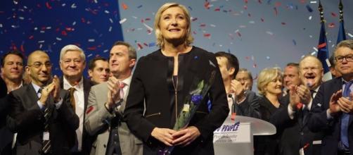 Marine Le Pen incassa gli applausi dei sostenitori dopo il primo comizio elettorale a Lione. Foto: Twitter