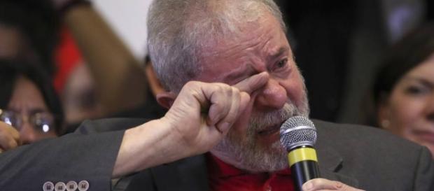 Ex-presidente Lula chora no velório de sua esposa Marisa e culpa a Operação Lava-Jato