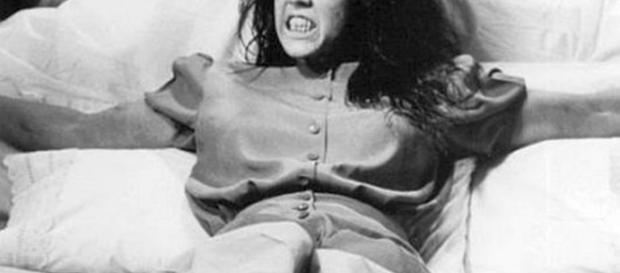 O horror começou em janeiro de 1949 com um som de gotejamento; Um leve gotejar de água distante em algum lugar atrás das paredes...