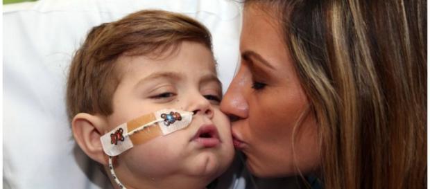 Sarah Lamont beijando seu filhinho Joe