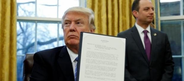 Trump assina decreto que dificulta entrada de imigrantes nos EUA