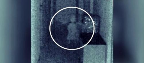 Fotografía en la que aparece la supuesta niña fantasma en el Ayuntamiento de Vegas de Genil