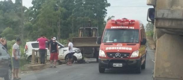 Após colisão com carreta, pedestre ajudou a segurar o veículo evitando queda em rio
