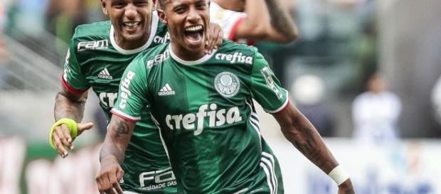 Felipe Melo e Tchê Tchê comemorando o gol da vitória. (Foto: Alê Cabral/Agif)