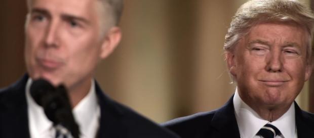 Neil Gorsuch e o presidente Donald Trump (à direita)