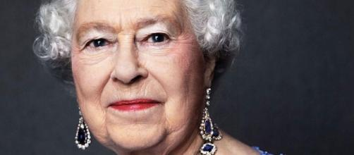 Elizabeth II's commemorative portrait with sapphire jewelry for her Sapphire (6th) Jubilee / Photo from 'News' - ddns.net