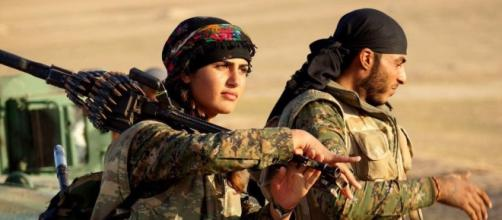 Una delle immagini simbolo delle forze militari kurde contro l'Isis