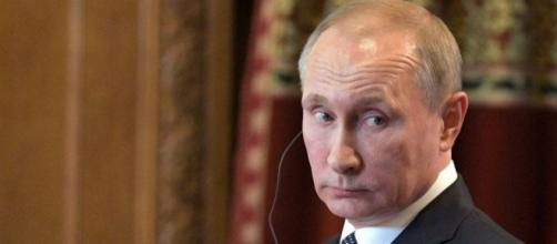 Vladimir Putin promulga la ley que despenaliza la violencia de género.