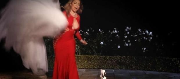 """Cena do clipe """"I don't"""" mostra Mariah colocando vestido no fogo"""