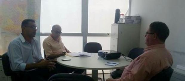 Luedson Soares reunido com Claudio Moacir, seu chefe de Gabinete, e Marcelo Matos, superintendente de Agricultura Familiar