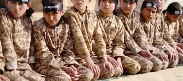 Por ano, centenas de crianças soldados são recrutadas pelo Estado Islâmico