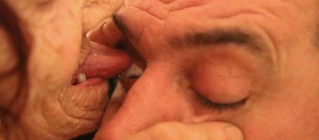 Senhora ganha a vida lambendo o olho de pessoas doentes.