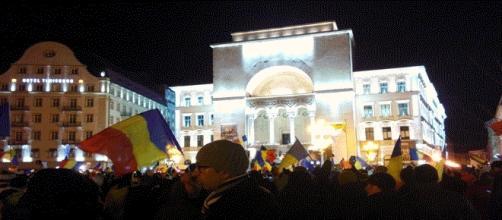 Devant l'opéra de Timisoara, les manifestants roumains ne jettent pas l'éponge. Et les Français mols encaissant le Penelopegate ? (Photo E. Sur)