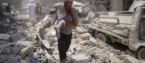 L'immagine di un precedente attacco aereo a Idlib