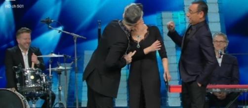 Sanremo 2017: Robbie Williams bacia Maria De Filippi.