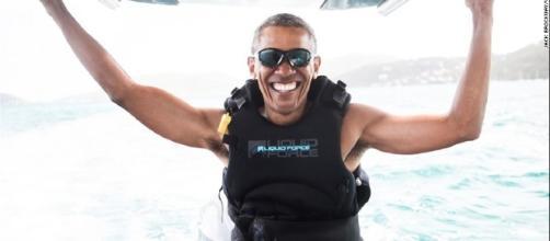 Sorridente e spensierato Obama in vacanza fa kitesurf ospite sull'isola del multimiliardario amico Richard Branson