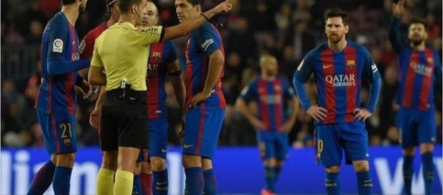 Gil Manzano expulsando a Luis Suarez