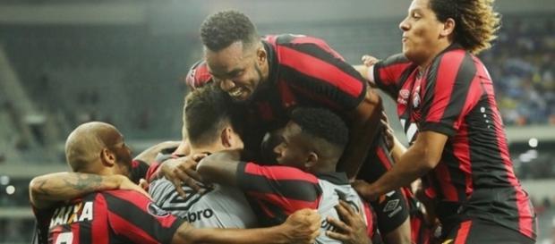 Jogadores comemorando a classificação do Atlético-PR para a próxima fase (Foto: Reprodução/Globo Esporte)